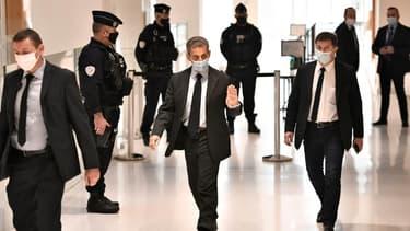 L'ancien président Nicolas Sarkozy arrive au tribunal où il est jugé pour des accusations de corruption, à Paris le 30 novembre 2020