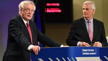 David Davis (à gauche) et Michel Barnier (à droite)