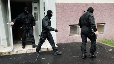 Des policiers du RAID dans une cité de Strasbourg, le 13 mai 2014. (photo d'illustration)