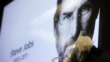 Les obsèques de Steve Jobs, cofondateur et patron du géant de l'informatique Apple, devaient avoir lieu ce vendredi, rapporte le Wall Street Journal en citant un membre de son entourage. /Photo prise le 6 octobre 2011/REUTERS/Nacho Doce