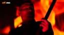 """Un faux Yanis Varoufakis jouant du sirtakis en enfer dans le clip """"V fo Varoufakis"""""""