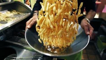 Il y aura moins souvent des frites dans les cantines de France, en vertu de nouvelles règles nutritionnelles entrées en application dimanche avec leur publication au journal officiel. Parmi les autres mesures, la mise à disposition sans restriction de l'e