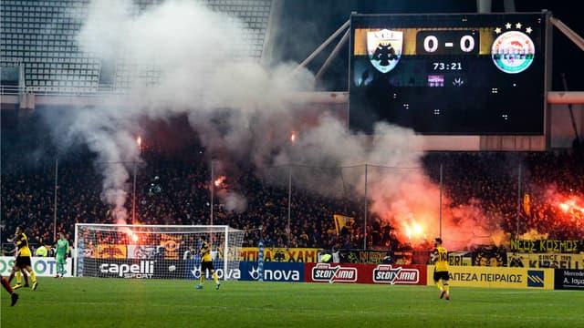 Les supporters de l'AEK Athènes lors du duel contre l'Olympiacos