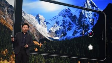 Richard Yu, le président de Huawei, présente le Mate 9, son dernier phablet, fin 2011.