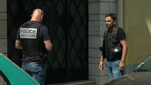 Des enquêteurs devant le logement de la famille Benitez, à Perpignan, le 5 août, jour de la mort de Francisco Benitez.