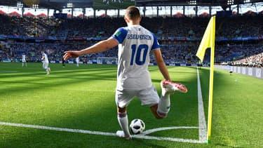 Gylfi Sigurdsson tire un corner pour l'Islande lors de la Coupe du monde 2018