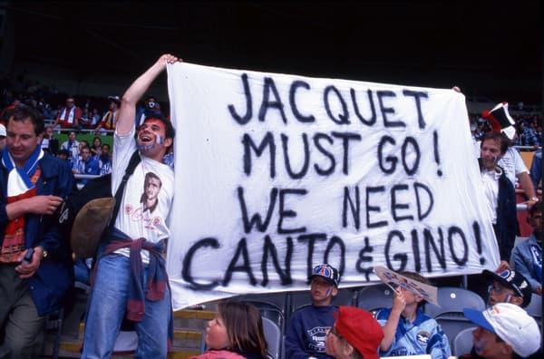 Des supporters réclamant le retour de Cantona chez les Bleus en 96