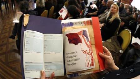 Cérémonie de naturalisation à Nice. Selon les statistiques officielles du ministère de l'Immigration, l'immigration légale, l'asile et les naturalisations ont marqué une hausse en France au cours des six premiers mois de l'année. /Photo d'archives/REUTERS
