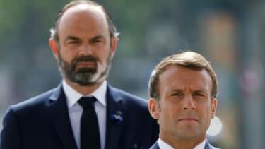 Le président Emmanuel Macron (devant) et son Premier ministre Edouard Philippe, lors des cérémonies marquant la fin de la seconde guerre mondiale,  le 8 mai 2020 à Paris