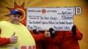Un employé de la loterie du Maryland (à gauche) avec trois employés de l'enseignement public du même Etat ayant remporté ensemble une partie de la super-cagnotte de 656 millions de dollars tirée le 30 mars et qui ont demandé à conserver l'anonymat. Ces tr