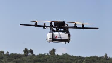 Le drone de GeoPost peut voler à la vitesse de 30 km/heure durant une quarantaine de minutes.