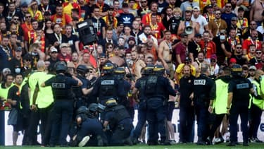 L'intervention des forces de l'ordre après que des supporters ont envahi la pelouse du stade Bollaert samedi 18 septembre à la mi-temps de la rencontre entre Lens et Lille (1-0) dans le cadre de la 6e journée de Ligue 1