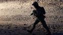 """Un """"marine"""" américain en patrouille dans la province afghane de Helmand samedi. Le bilan des pertes alliées en Afghanistan frôle les 600 morts depuis le début de l'année après la mort d'un militaire américain, dimanche, chiffre qui pourrait peser sur l'en"""