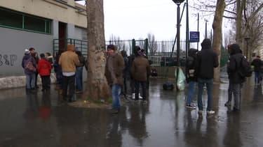 Des migrants porte de la Chapelle.