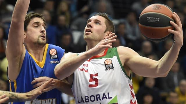 Nouveau coup dur pour les Bleus avec le forfait de Fabien Causeur (à droite) pour l'EuroBasket