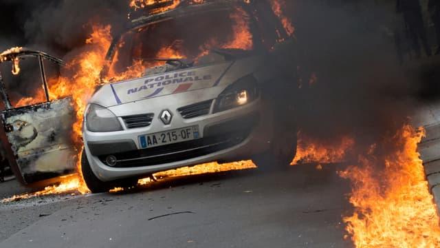Les assaillants avaient empêché les policiers de sortir du véhicule où ils venaient de lancer un cocktail Molotov.