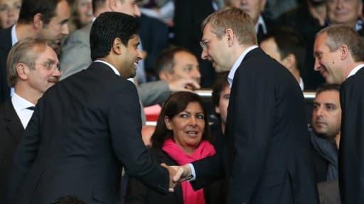 Nasser Al-Khelaïfi et Dmitriy Rybolovlev, les présidents du PSG et de Monaco, se saluent sous les yeux de Frédéric Thiriez, le président de la LFP.