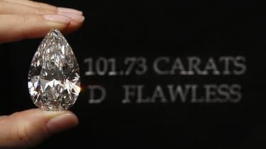 """Un diamant incolore en forme de poire de 101,73 carats, le plus gros jamais présenté aux enchères, a été vendu pour un montant record de près de 27 millions de dollars (21 millions d'euros) mercredi à Genève, a annoncé la maison de vente Christie's. Le """"W"""