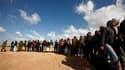 Des travailleurs égyptiens font la queue à la frontière de la Tunisie et de la Libye pour monter dans un autocar et fuir les violences à Zouara, qui serait tombée aux mains de l'opposition au régime de Mouammar Kadhafi. Plusieurs villes de l'ouest du pays