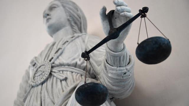 Un instituteur de 48 ans, apprécié de sa hiérarchie, est jugé ce vendredi à Créteil, dans le Val-de-Marne, pour des attouchements sur plusieurs enfants.