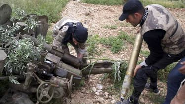 Membres de l'Armée libre syrienne à Alep. L'Union européenne va autoriser de fait ses Etats membres à livrer des armes aux rebelles syriens en l'absence d'accord lundi entre les Vingt-Sept sur une prolongation de l'embargo. /Photo prise le 17 mai 2013/REU
