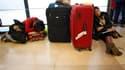 Passagers à l'aéroport madrilène de Barajas. Le gouvernement espagnol a décrété l'état d'urgence samedi pour faire face à la grève surprise des contrôleurs aériens et a annoncé que l'espace aérien resterait fermé jusqu'à dimanche. /Photo prise le 4 décemb