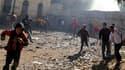 Les affrontements entre militaires et manifestants se poursuivaient dimanche sur la place Tahrir du Caire. Ces incidents, dont l'origine fait l'objet d'hypothèses diverses, ont fait 10 morts et des centaines de blessés depuis vendredi. /Photo prise le 18