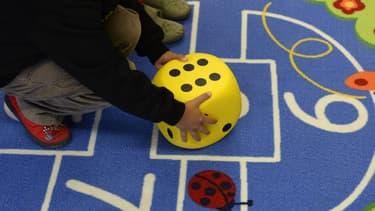 Un enfant joue à la marelle dans une école maternelle allemande (image d'illustration)