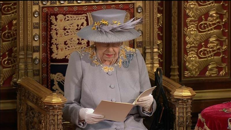 La reine Elizabeth II fait sa première sortie officielle depuis les funérailles de Philip