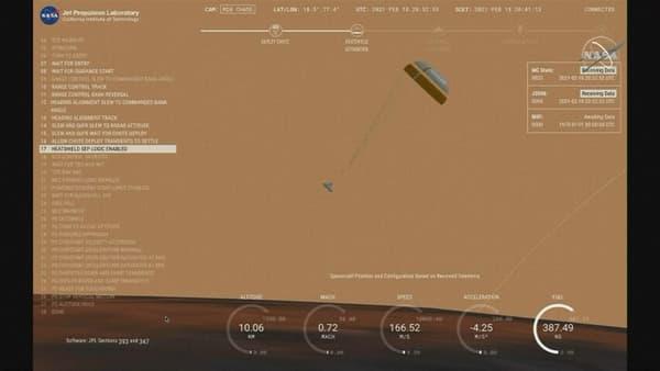 Le rover déploie son parachute avant l'atterrissage.