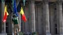 Devant le palais royal, à Bruxelles. Le prince Philippe sera le nouveau roi des Belges ce dimanche, jour de fête nationale, alors qu'une Belgique divisée s'interroge sur le rôle politique que doit jouer le monarque. /Photo prise le 20 juillet 2013/REUTERS