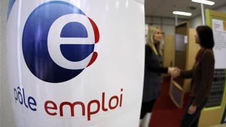 Le chômage a de nouveau reculé en France en avril, pour le quatrième mois d'affilée, a affirmé mercredi matin le ministre du Travail, Xavier Bertrand, à quelques heures de la présentation des statistiques officielles. /Photo d'archives/REUTERS/Éric Gailla