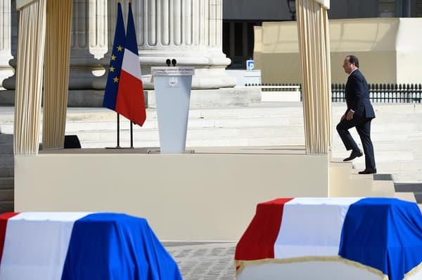 François Hollande monte sur la tribune dressée devant le Panthéon afin de prononcer son discours.