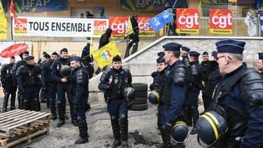 Des gendarmes se tiennent devant la prison des Baumettes, à Marseille, le 25 janvier 2018.