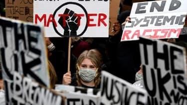 Des milliers de personnes ont manifesté à Londres, le 6 juin 2020, contre le racisme et les brutalités policières, après la mort aux Etats-Unis de George Floyd, asphyxié par un policier qui l'arrêtait pour un délit mineur