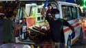 Une ambulance en train de prendre en charge un blessé de l'attentat de Kaboul ce jeudi.