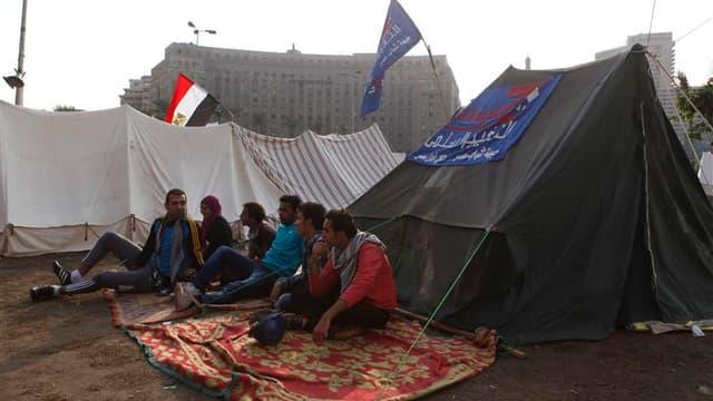 Membres de différents groupes d'opposition ayant décidé d'occuper la place Tahrir, au Caire, pour protester contre un décret renforçant les pouvoirs du président égyptien Mohamed Morsi. La contestation contre ce décret s'est étendue samedi à l'appareil ju