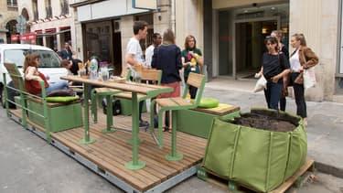 Le premier parklet parisien a été installé rue de la Bourse