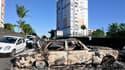 Un véhicule calciné dans le quartier du Chaudron, à Saint-Denis, à La Réunion, où des violences ont éclaté dans la nuit de mardi à mercredi en marge d'une manifestation de routiers qui protestaient contre les prix élevés des carburants et la vie chère. /P