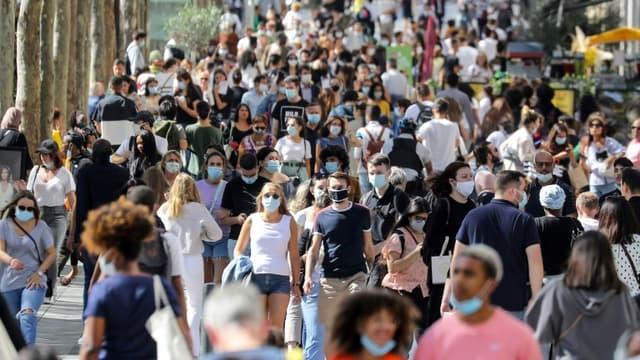 Sur l'avenue des Champs Elysees à Paris, le 27 août 2020, à la veille de l'extension de l'obligation du port du masque à toute la capitale française (PHOTO D'ILLUSTRATION)