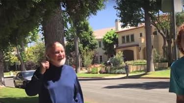 Deux fans venus jouer le thème de Star Wars devant chez John Williams ont eu la surprise de voir sortir le musicien.