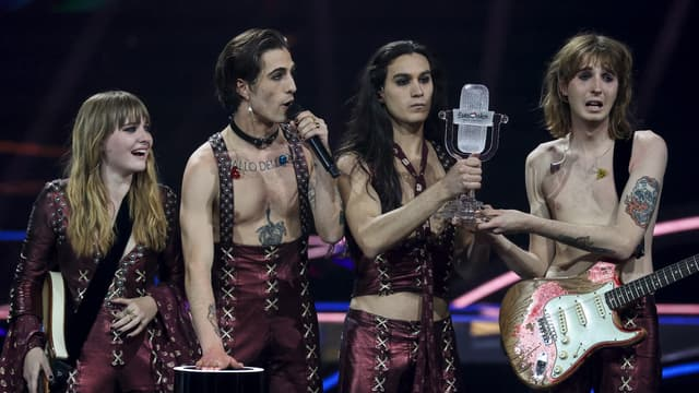 Le quatuor Måneskin brandissant le trophée de l'Eurovision 2021, quelques instants après leur victoire