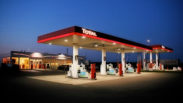 Le secrétaire d'Etat aux Transports estime qu'il est inutile de s'inquiéter de la pénurie de carburant suite aux grèves des dépôts pétroliers du pays. Ceux-ci sont débloqués par la police et c'est nécessaire.