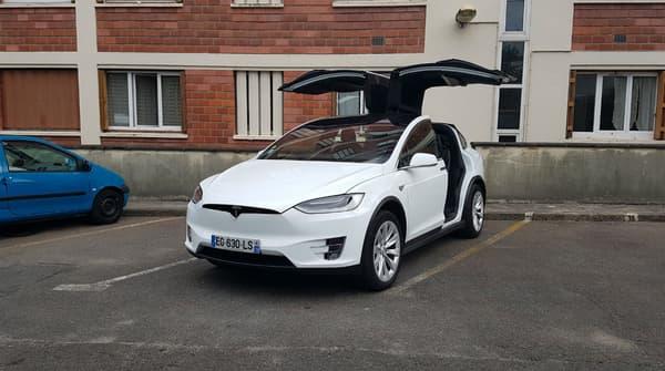 Le Tesla Model X se reconnait (entre autres) à ses portes Falcon, qui s'ouvrent comme 2 ailes d'oiseau.
