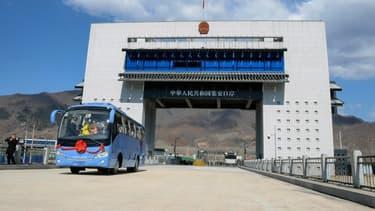 Photo du bus de touristes qui a traversé le nouveau point de frontière de la Chine à la Corée du Nord le 8 avril.