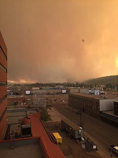 De la fumée s'élève au dessus de la ville de Fort McMurray ravagée le 3 mai 2016 par un incendie
