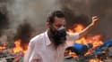 Un partisan des Frères Musulmans lors de l'assaut des forces de l'ordre sur la place Rabaa al-Adawiya, au Caire, mercredi 14 août.