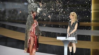 """L'actrice Corinne Masiero, en costume de """"Peau d'Ane"""", manifeste la détresse du monde culturel lors de la 46ème édition des César présentée par Marina Fois (d), à Paris le 12 mars 2021"""