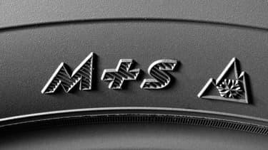 """Ce marquage M+S (pour """"Mud"""", boue, et """"Snow"""" neige) permet d'identifer un pneu hiver ou quatre saisons."""