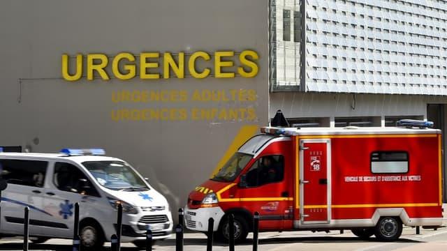 Une ambulance et un camion de pompiers devant le CHU de Nantes le 16 mars 2017 (image d'illustraiton